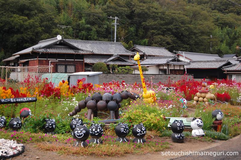 粟島 花壇とブイでできたオブジェ