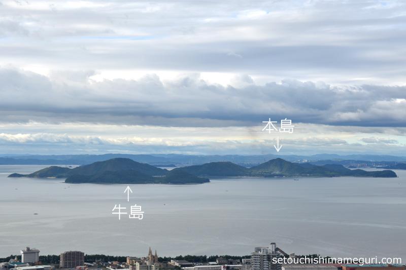 青の山から望む本島