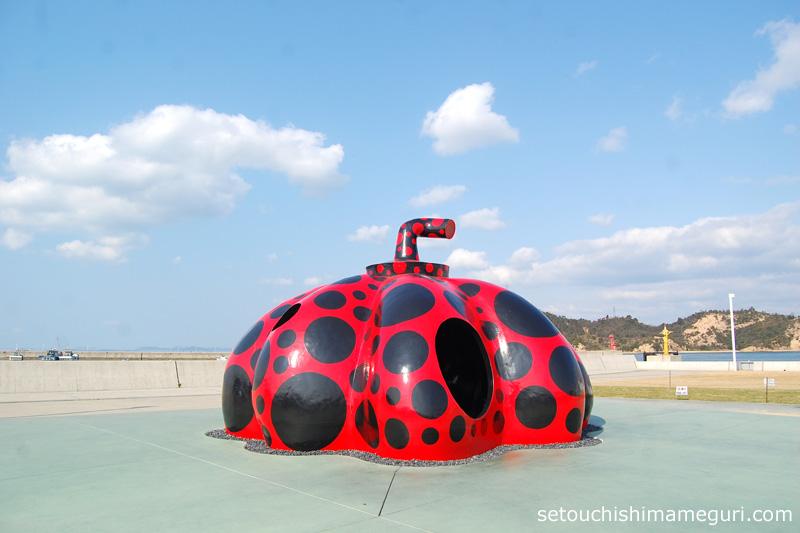 直島 草間彌生「赤かぼちゃ」