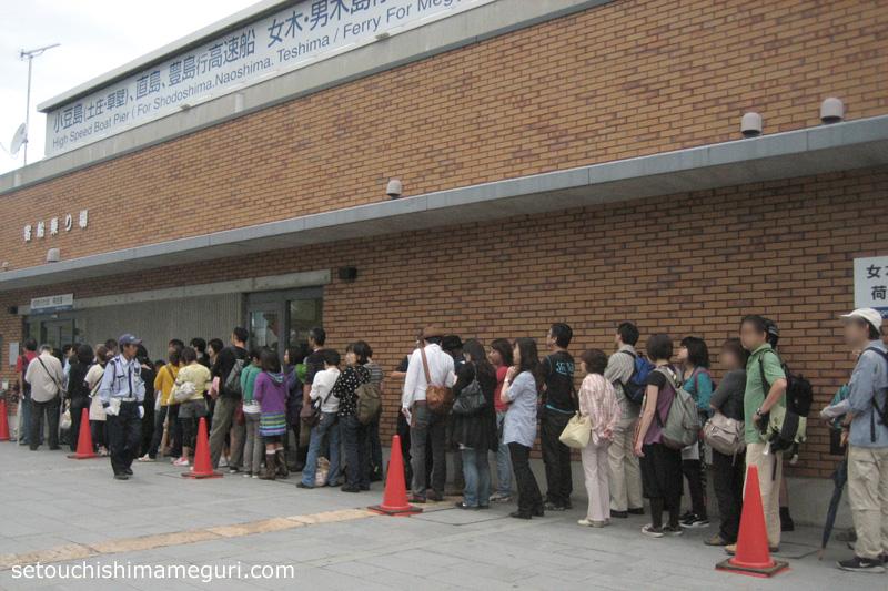 高松港 豊島行き高速船の乗船整理券をもらうための行列